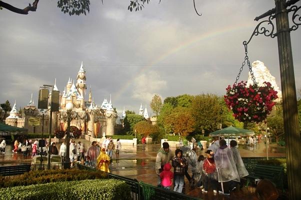 雨降りの後、虹が出たディズニーランド